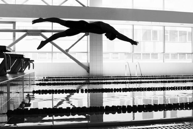 Il nuotatore che salta nello stagno Foto Premium