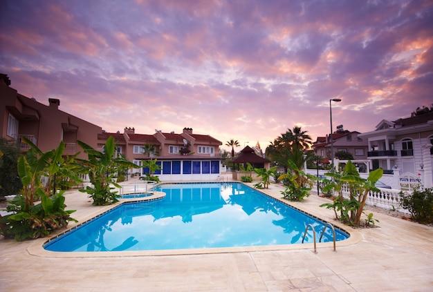Piscina dagli edifici degli hotel resort di lusso Foto Premium