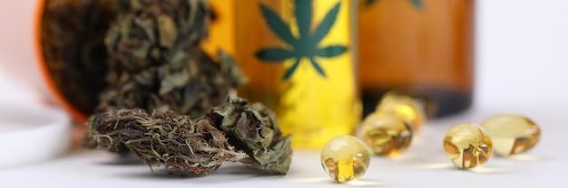 In tavola marijuana in barattolo e olio di canapa in capsule Foto Premium
