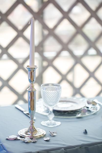 Apparecchiature da tavola con portacandele in vetro Foto Premium