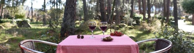 Tavolo per due nella foresta Foto Premium