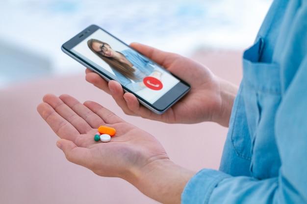 Assunzione di farmaci e pillole per il trattamento di malattie e benessere. consultazione con un medico online. Foto Premium