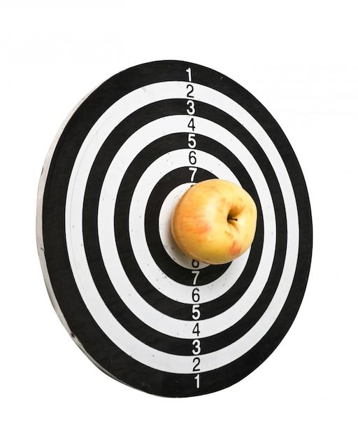 Bersaglio e mela isolato su uno sfondo bianco Foto Premium