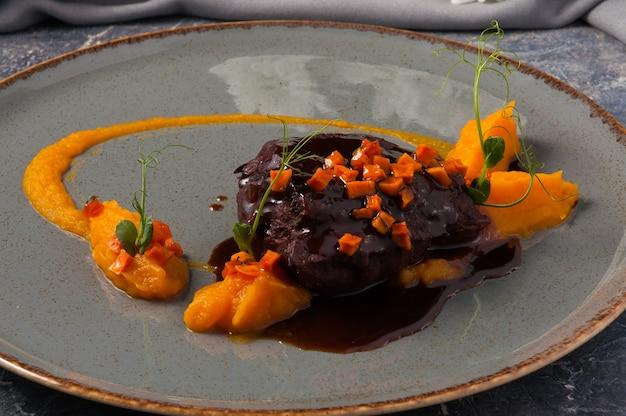 Gustosa carne di manzo con salsa di zucca e panna Foto Premium