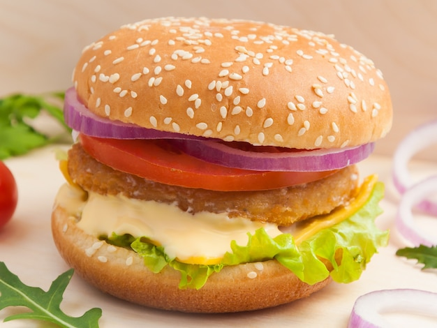 Gustoso hamburger con cotoletta di pollo su una tavola di legno Foto Premium