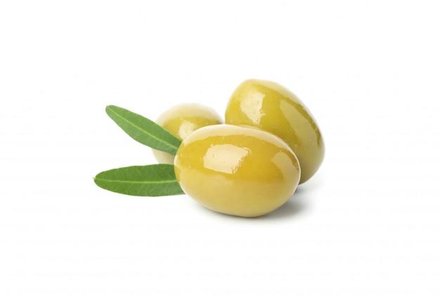 Olive verdi saporite e foglie isolate su bianco, fine su Foto Premium