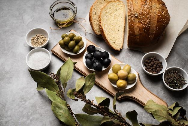 Gustose olive e pane sul tavolo Foto Premium