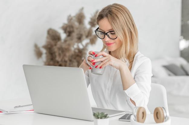 Insegnante che tiene le sue lezioni online al chiuso Foto Premium