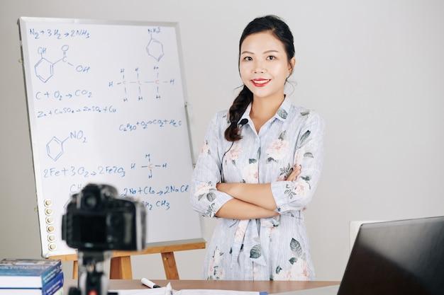 Insegnante che ospita lezioni online Foto Premium