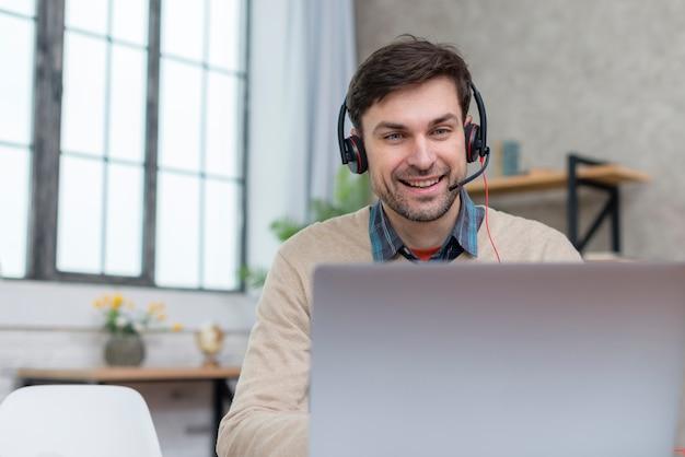 Insegnante che parla con i suoi studenti dal computer portatile Foto Premium