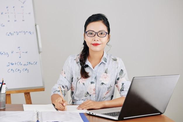 Insegnante che scrive il piano della lezione Foto Premium