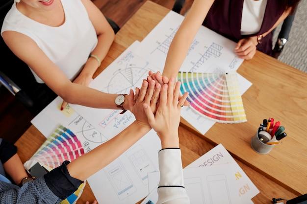 Team di designer che lavorano alla riunione Foto Premium