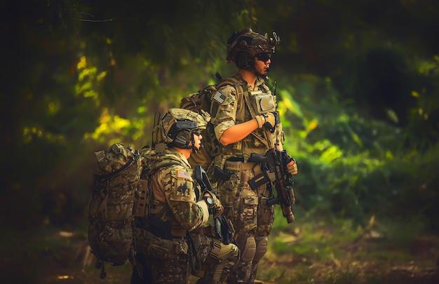 Forze speciali di squadra. fucile d'assalto soldato con silenziatore. cecchino nella foresta. Foto Premium
