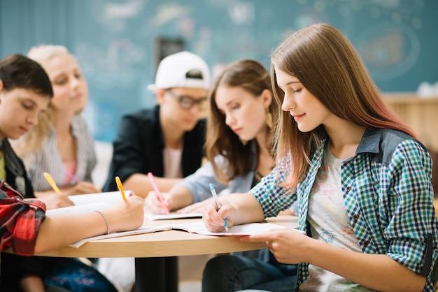 Team di studenti che completano il compito Foto Premium