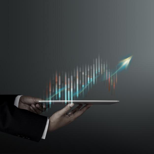 Tecnologia, alto profitto, borsa, crescita aziendale, concetto di strategia di pianificazione. informazioni dei grafici e dei diagrammi di presenting dell'uomo d'affari sulla compressa digitale Foto Premium