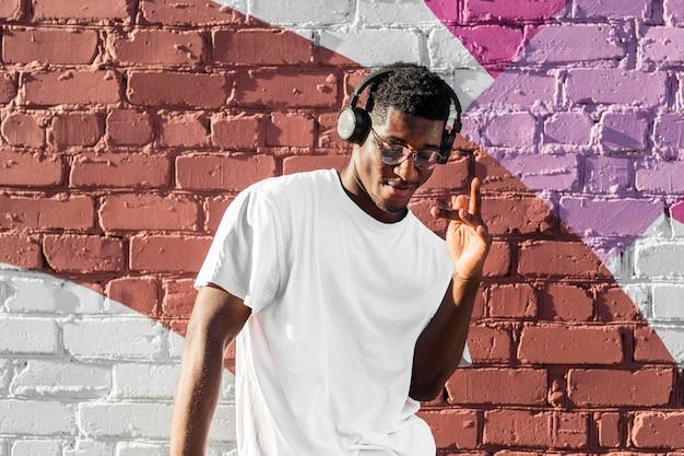 Ragazzo dell'adolescente che ascolta la musica tramite le cuffie Foto Premium