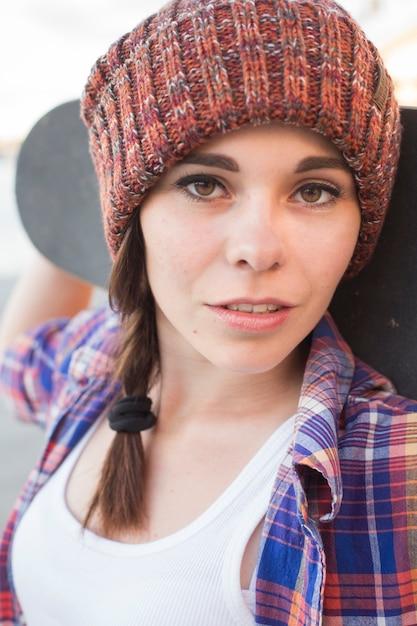 Ragazza adolescente divertendosi la sera d'estate all'aperto. lei fa skateboard Foto Premium