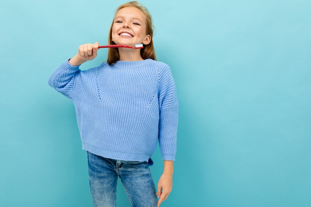 La ragazza adolescente con spazzolino da denti consiglia di lavarsi i denti Foto Premium