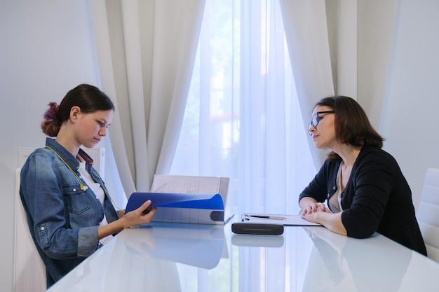 Psicologo adolescente, assistente sociale femminile, parlando con una ragazza adolescente Foto Premium