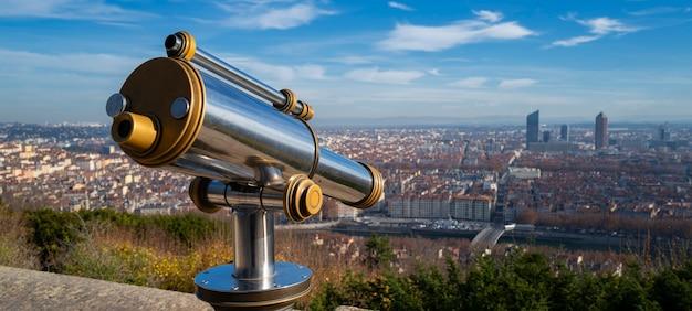 Telescopio e vista panoramica sulla città di lione dal punto di vista della collina di fourviere. francia. Foto Premium