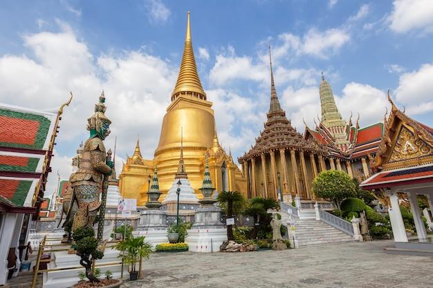 Tempio del buddha di smeraldo o tempio wat phra kaew, bangkok, thailandia Foto Premium