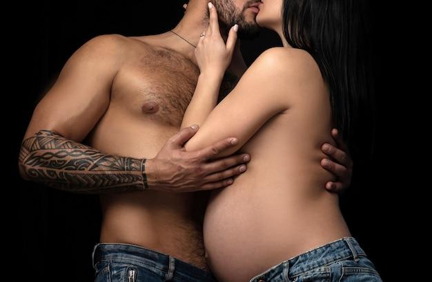 Un tenero bacio. coppia sensuale innamorata. Foto Premium