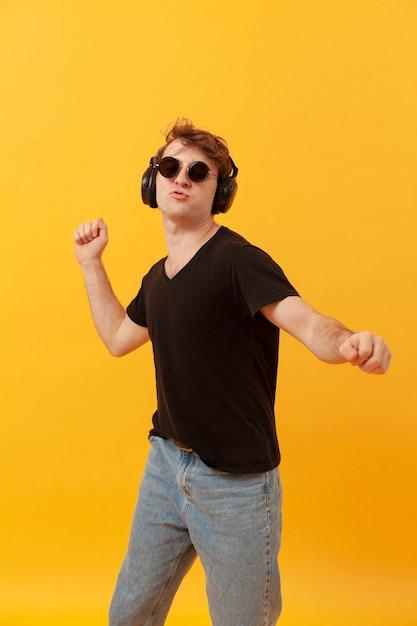 Ascolto musica del ragazzo di tennage Foto Premium