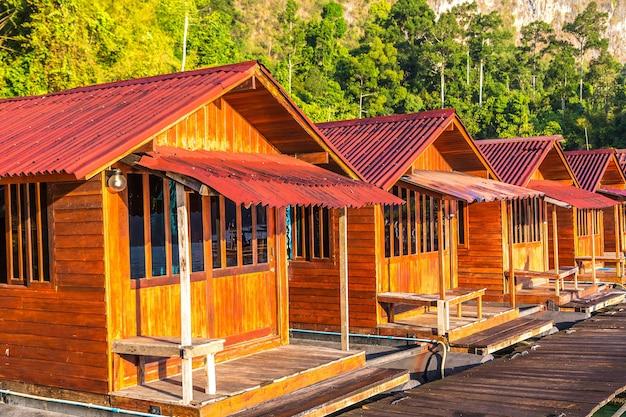 Bungalow tailandesi al lago cheow lan, parco nazionale di khao sok in thailandia Foto Premium