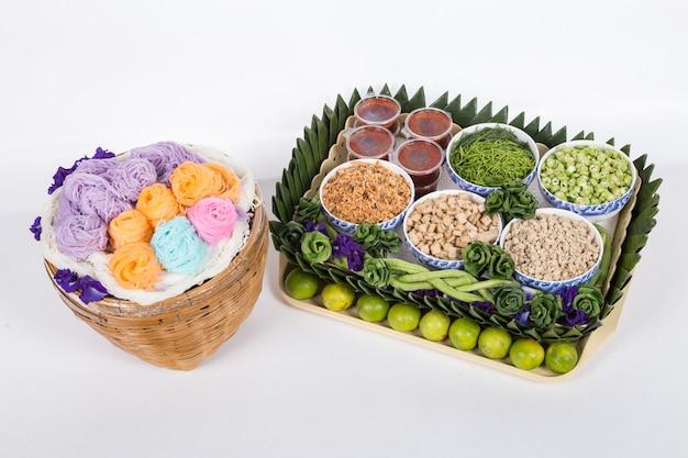 Tagliatelle di riso tailandesi, solitamente mangiate con curry. vermicelli di riso tailandesi serviti con curry Foto Premium