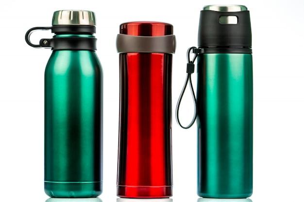 Thermos bottiglia isolata. contenitore per bottiglie riutilizzabile per caffè o tè. bicchiere da viaggio thermos. thermos in acciaio inossidabile rosso e verde. Foto Premium