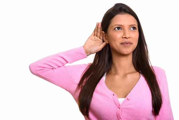 Giovane bella donna brasiliana premurosa che ascolta e che sorride Foto Premium