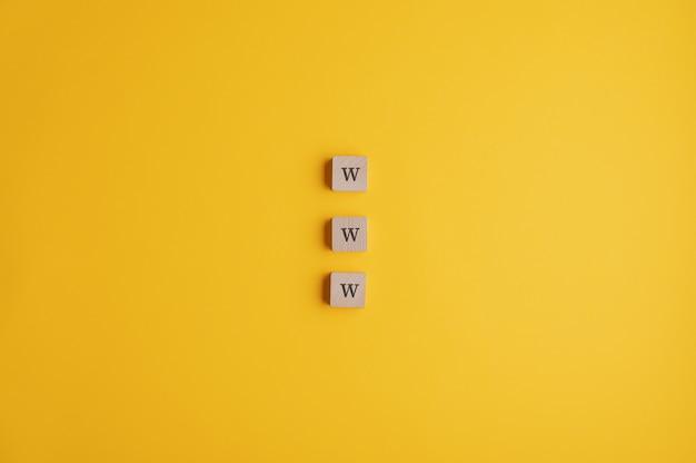 Tre blocchi di legno che leggono un segno di www Foto Premium
