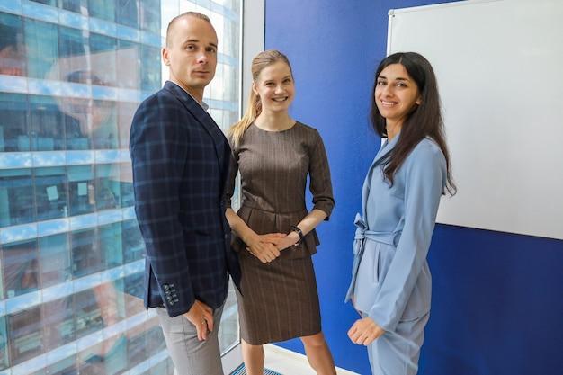 Tre giovani colleghi in ufficio Foto Premium