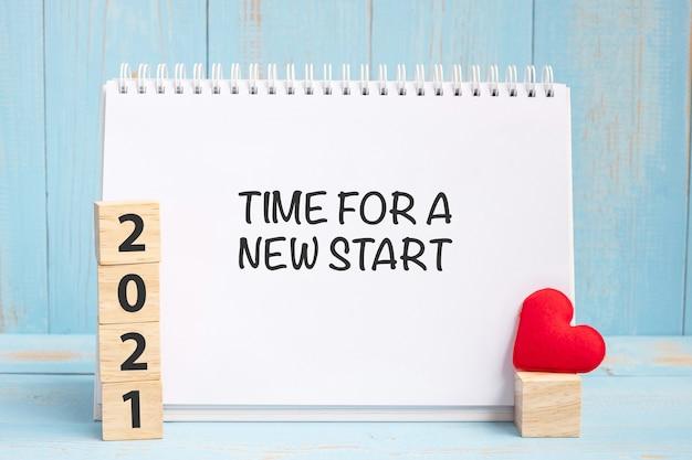 Time for a new start parole e cubi 2021 con cuore rosso Foto Premium