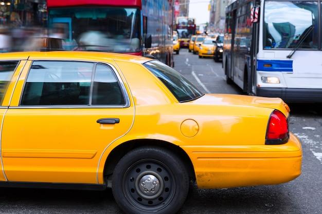 Luce del giorno gialla della carrozza di times square new york Foto Premium