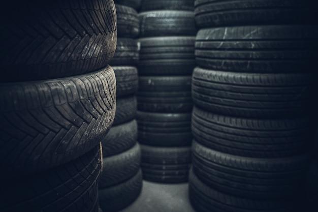La gomma si trova in un'officina riparazioni auto pronta per un cambio stagionale delle auto. Foto Premium