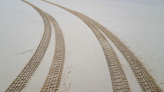Tracce di pneumatici sulla sabbia Foto Premium