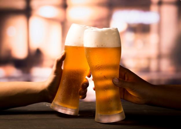 Brindare con la birra Foto Premium