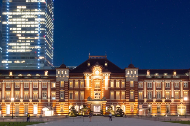 Stazione ferroviaria di tokyo nel giorno crepuscolare. Foto Premium