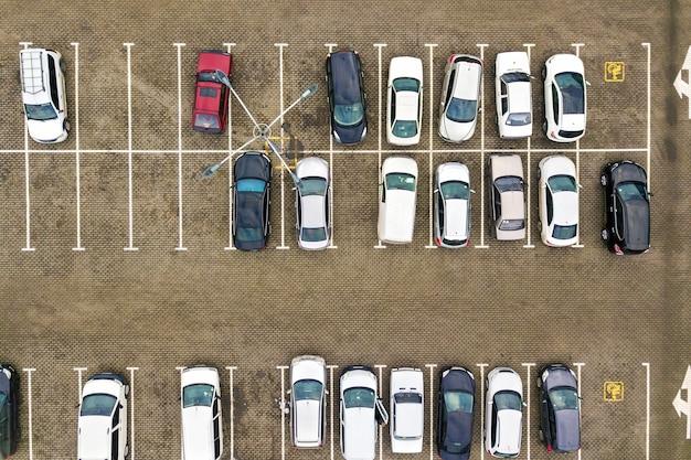 Vista aerea dall'alto in basso di molte auto in un parcheggio del supermercato Foto Premium