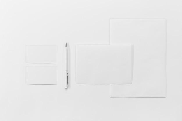 Top vie pezzi di carta e penna Foto Premium