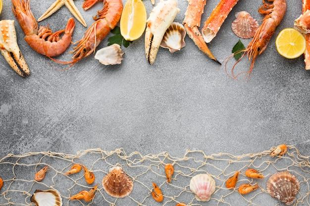 Vista dall'alto allineato frutti di mare sul tavolo Foto Premium