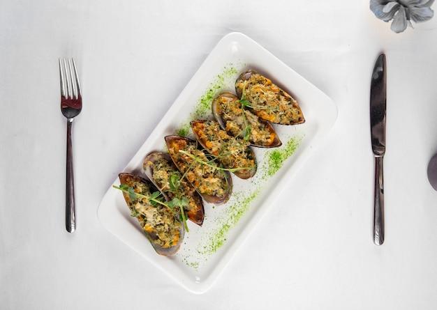 Vista dall'alto su appetitose cozze ripiene Foto Premium