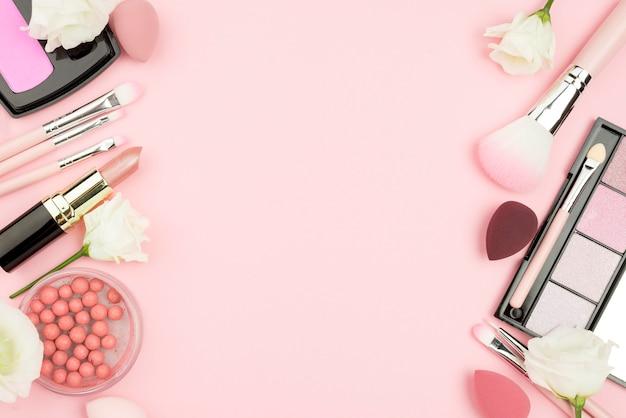 Disposizione vista dall'alto di cosmetici con spazio di copia Foto Premium