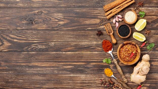 Le spezie asiatiche dell'alimento di vista superiore si mescolano con lo spazio della copia Foto Premium