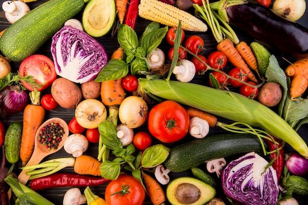 Vista dall'alto assortimento di diverse verdure Foto Premium