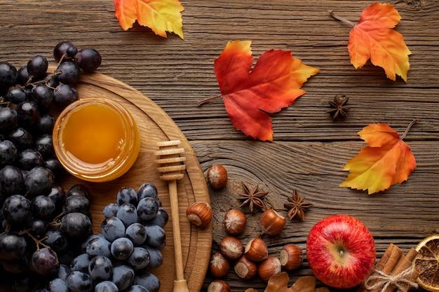 Vista dall'alto foglie di autunno e cibo Foto Premium