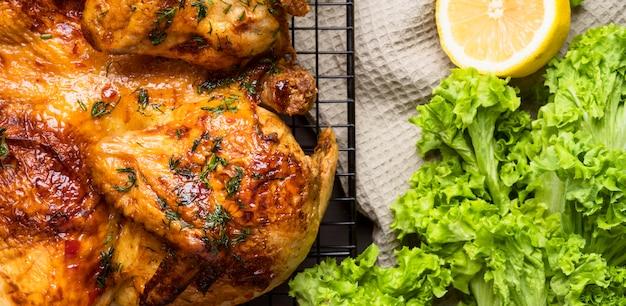 Pollo intero al forno con insalata e limone Foto Premium