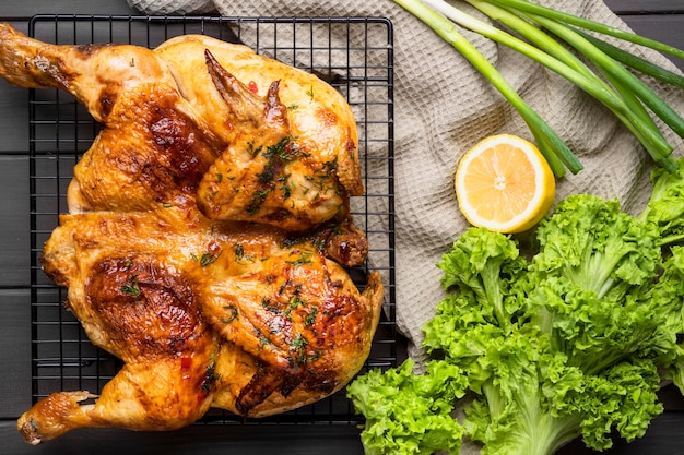 Pollo intero al forno vista dall'alto Foto Premium