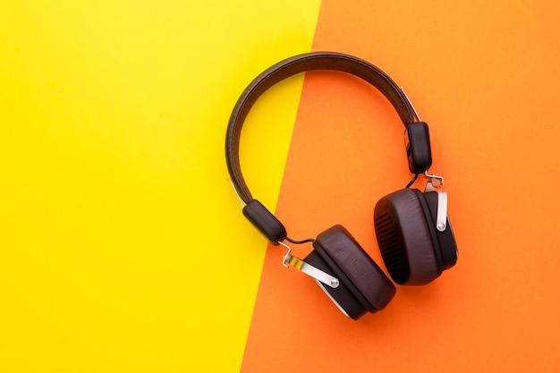Cuffie o auricolari neri con vista dall'alto. Foto Premium
